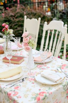 Colorado Wedding from Laura Murray Photography + Chairished Vintage Rentals Party Decoration, Wedding Table Decorations, Vintage Party, Vintage Tea, Vintage Floral, Vintage China, Vintage Books, Estilo Shabby Chic, Floral Tablecloth
