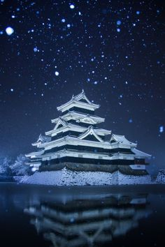 This is the Matsumoto Castle, located in Japan. This castle is known for its black exterior. It was built in Tours are available. Japanese Culture, Japanese Art, Monte Fuji, Art Occidental, Nagano Japan, Culture Art, Japanese Castle, Art Asiatique, Kyushu