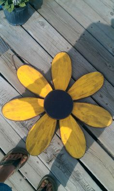 Hasil gambar untuk wood ideas for crafts Pallet Crafts, Pallet Art, Wooden Crafts, Diy Crafts, Reclaimed Wood Projects, Scrap Wood Projects, Sunflower Wall Decor, Wood Flowers, Outdoor Crafts