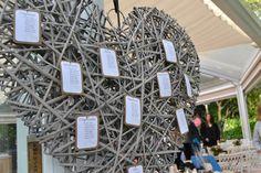 Seating diseñado por Dimeic: corazón de maderas sobre soporte con protocolo para invitados