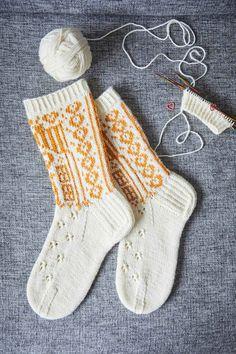 Koti-ilta-sukat – ohje | Meillä kotona Knitting Socks, Mittens, Christmas Stockings, Knit Crochet, Projects To Try, Artsy, Slippers, Koti, Diy Crafts