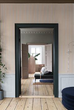 Tapete gestreift braun hellgrau Streifen schmal modern anthrazit Wandfarbe Altbau Ferm Living skandinavisch Interior Design wohnen dekorieren einrichten