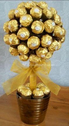 Ferrero Rocher Sweet Tree x Chocolate Tree, Chocolate Bouquet, Chocolate Lovers, Chocolates Ferrero Rocher, Candy Trees, Candy Topiary, Sweet Trees, Edible Crafts, Edible Arrangements