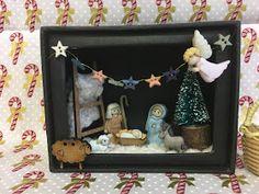 En Creativa vimos estos paquetes de botones de navidad;   en unos venia el misterio,   otro con los pastores,   y otro con los Reyes ma... Nativity Crafts, Xmas Crafts, Diy Crafts, Christmas Decorations, Christmas Ornaments, Christmas Ideas, Picture Boxes, Altered Tins, Button Art