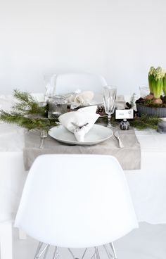 Time to dine . greige: interior design ideas and inspiration for the transitional home : Setting the Christmas table. Table Setting Inspiration, Decoration Inspiration, Christmas Table Settings, Christmas Tablescapes, Christmas And New Year, All Things Christmas, Xmas, Christmas Brunch, Simple Christmas