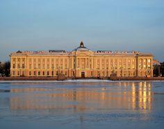 Академия Художеств. Первое строение в Петербурге в стиле классицизм. Архитекторы Валлен-Деламот и Кокоринов.  Фасад делится по горизонтали на 2 части. Нижняя часть оформлена в виде рустованной поверхности, верхние 2 этажа объединены пилястрами. Вход увенчан портиком с колоннами. Здание геометричной формы с двориком внутри.