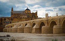 Puente romano de Córdoba sobre el río Guadalquivir. Al fondo, la Mezquita-catedral.