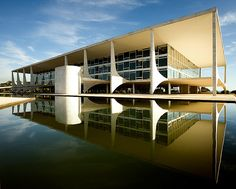 Niemeyer y su estilo único e inolvidable que caracteriza desde entonces la arquitectura brasileña. toda un maestro y una escuela perdurable, e hito de la historia de la arquitectura latinoamericana. honor y gloria.