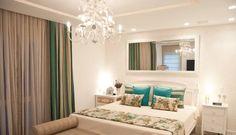 No quarto, o azul turquesa e os tons claros dão ao ambiente o estilo provençal  Foto: Renata Missagia