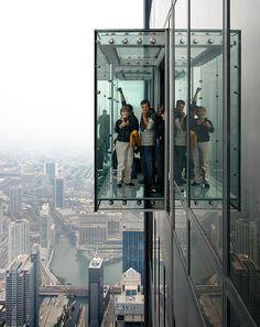 Skydeck, uma cápsula toda de vidro que fica no 103º andar, em Chicago, nos Estados Unidos: http://guiame.com.br/vida-estilo/turismo/conheca-os-pontos-turisticos-mais-altos-do-mundo.html#.VUDMomTBzGc