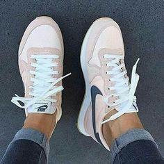 Nike Internationalist Trainers - Tennis Adidas - Ideas of Tennis Adidas - Nike Internationalist Trainers Jeans Und Sneakers, Sneakers Mode, Sneakers Fashion, Fashion Shoes, 90s Fashion, Adidas Sneakers, Nike Fashion, Celebrities Fashion, Runway Fashion