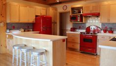 Design si accesorii amenajare bucatarii rosii clasic si vintage Kitchen, Table, Furniture, Vintage, Design, Home Decor, Cooking, Decoration Home, Room Decor