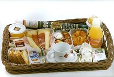 Desayuno a domicilio Breakfast Basket, Breakfast Items, Breakfast In Bed, Food Gift Baskets, Brunch Party, Bread Cake, Edible Gifts, Food Gifts, Cakes And More