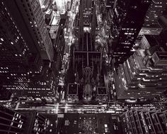 """""""... È tutto. Odio vivere a New York e via discorrendo. I tassì, e gli autobus di Madison Avenue, con i conducenti e compagnia bella che ti urlano sempre di scendere dietro, e essere presentato a dei palloni gonfiati che chiamano angeli i Lunt, e andare su e giù con gli ascensori ogni volta che vuoi mettere il naso fuori di casa, e quegli scocciatori sempre lì, da Brooks, e la gente che non fa altro..."""" Jerome David Salinger, """"Il giovane Holden"""", New York"""