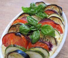 Dieser Low Carb Gemüseauflauf mit Hackfleisch ist zum Sattessen da. Als Low Carb Mittagessen oder Abendessen - schnell zubereitet, saftig und würzig.