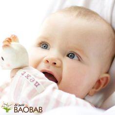 Sophie la Jirafa, el juguete 100% orgánico que estimula todos los sentidos del bebé  Disponible en nuestra tienda online www.lepetitbaobab.com