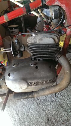 Cola de escape quitada y filtro de aire del carburador