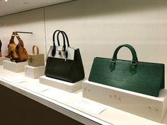 Louis Vuitton Atelier Asnières em Paris. Local que foi a primeira moradia da família Vuitton, e hoje em dia é acervo da marca e onde ainda produzem alguns pedidos especiais feitos sob encomenda. #louisvuitton #paris #moda #fashion #bolsas #bags