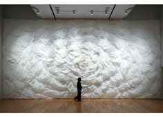 Junichi Arai has been making textiles for many years, and his life's work was recently celebrated in a show at the Tokyo Opera City Art Gallery. The exhibition, which ran from January to March detailed 60 years of his artisanal work. Textile Fiber Art, Textiles, Japanese Aesthetic, Scenic Design, City Art, Art Of Living, Teaching Art, Installation Art, Sculpture Art