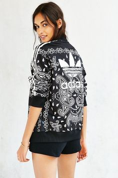 Adidas originals paisley track jacket nike and adidas ワ-ク ア Fitness Outfits, Sporty Outfits, Fitness Fashion, Cute Outfits, Adidas Fashion, Sport Fashion, Yeezy Fashion, Fashion Shoes, Bikini Braga Alta