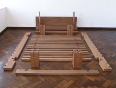 camabú: estrutura de encaixe; madeira maciça / jequitibá; dimensão variável (140x190 cm)