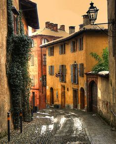 Beautiful Yellow walls in #Saluzzo, Old Town, Italy.  Italian Architecture.  Mediterranean Style Home Design.