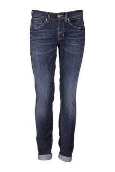 • Mörkblå jeans från italienska Dondup • Modell George • Smala vid foten • Låg i midjan • Knappar i gylf • Alla är 34 i längd oavsett midjemått • Modellen har storlek 34 • Tvättas i 30 grader ut och in. www.alexis.se