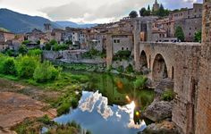 BESALÚ  Besalú es una población medieval situada a 150 metros de altitud en la provincia de Girona. Caminar por sus calles te hará detenerte en el tiempo.