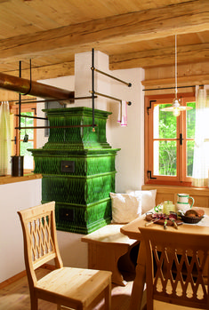 photo Tiled hearth with baroque tiles in glaze green mottled Small Log Cabin, Stove Fireplace, Rocket Stoves, Dream Rooms, Hearth, Dining Area, Bellisima, Sweet Home, Home Appliances