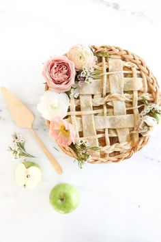 The prettiest apple pie / recipe #dessert #spring #florals