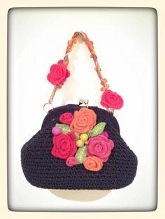 oggetti vintage attualizzati ad arte e riutilizzo dell'inutile. un girocollo per tracollina, fiori e foglie di lana fatti a mano per decorazione e naturalmente una borsetta degli anni '80 dimenticata nell'armadio