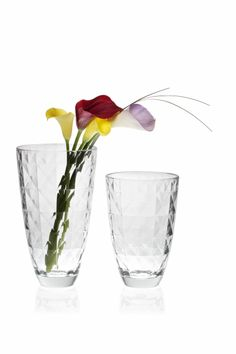 Vidivi Carrè Vases present a geometrically perfect surface, a precious weave of lines that create a sparkling effect to rival the diamond from which it takes its name. #flowers #vases #glass