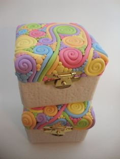 I decorated some paper boxes with polymer clay, ending up with theese swirly boxes by angelique Polymer Clay Miniatures, Polymer Clay Projects, Polymer Clay Creations, Polymer Clay Beads, Diy Clay, Clay Box, Cute Clay, Clay Flowers, Art Flowers
