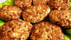 Składniki: 1 kg ziemniaków, 1 cebula, 4 jajka, 2-3 łyżki mąki, 2 łyżki bułki tartej, olej, 100 g sera żółtego twardego, sól, pieprz. Ugotować ziemniaki i zetrzeć na tarce. Dodać