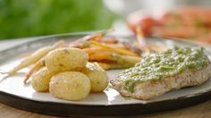 Kalfslapjes met regenboogwortels en pesto van wortelloof en dragon | VTM Koken