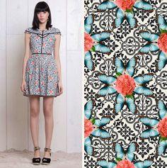 O Vestido Azuleta tem estampa rica em detalhes que remetem à azulejos mesclados com flores e borboletas. Estilo vintage fofo que a gente ama!