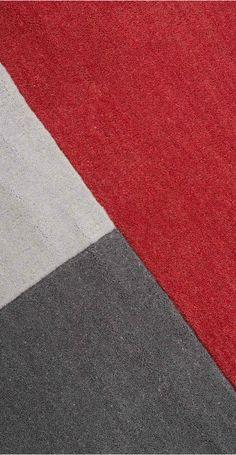 Ein großflächiges Colourblock-Design in kräftigen Farben: Die Elkan Teppiche, entworfen vom MADE Studio, werden von Hand getuftet.