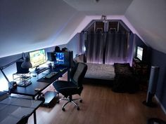 41 Amazing Game Room Design Ideas - Game rooms are generally areas within a house that are reserved for fun and play. Most of these rooms usually feature a common fixture such as a billi. Best Gaming Setup, Gaming Room Setup, Gamer Setup, Desk Setup, Pc Setup, Attic Game Room, Small Game Rooms, Computer Gaming Room, Gaming Rooms