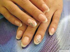 Manichiură french pe unghii tehnice construite din gel - metoda cu prelungirea patului unghiei.   Și noua formă vedetă, forma de migdală, care, după spusele deținătoarei noii manichiuri, e mult mai comodă decât unghiile drepte. :-)