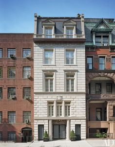 This Manhattan townhouse's French-neoclassical landmark façade was the only thing left untouched when architect Frederic Schwartz transformed the venerable townhouse into a sleek, contemporary space. | archdigest.com
