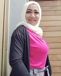 Arab Girls Hijab, Girl Hijab, Beautiful Muslim Women, Beautiful Hijab, Hijab Chic, Sport Girl, Sweet Girls, Covergirl, Plus Size Fashion