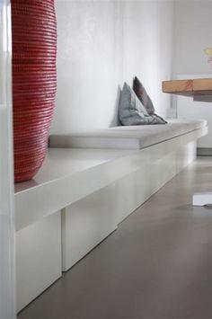 We willen graag een 6,22 meter lange witte bank voor aan de eettafel, met hieronder opbergbakken (op wieltjes). Zie foto's voor een goed voorbeeld. verven doen we zelf, dus alleen het meubel maken. 7 opbergbakken, verder exact zoals voorbeeld.