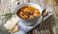 Νόστιμη και χορταστική, η παραδοσιακή σούπα λαχανικών της ιταλικής υπαίθρου είναι ιδανική όχι μόνο ως ορεκτικό αλλά και ως ελαφρύ βραδινό γεύμα, και μπορεί να φτιαχτεί με οποιονδήποτε συνδυασμό λαχανικών θέλετε.