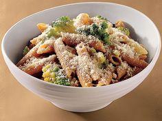 Kepekli Penne Brokoli İle  Büyük bir tencerede su kaynatın. Bu esnada geniş bir tavada orta dereceli ateşte tuz ve karabiber ile tatlandıracağınız soğanı kavurun. Ateşi kısığa alıp ara sıra karıştırarak yaklaşık 12 dakika pişireceğiniz soğanları bir kenara ayırın.     Kaynayan suya penneleri ekleyin ve yaklaşık 6 dakika kadar pişirin ve brokolileri ekleyin ve arada bir karıştırarak makarnaların al dente kıvamına gelmesini bekleyin.     Makarna suyunun 1/2 fincanını ayırın ve makarnaları süzüp geniş bir kaba aktarın.     Servis kabına koyduğunuz makarnaya, makarna suyunun 1/3 fincanını ve 3 1/2 fincan peyniri soğanlı karışıma ekleyin. Makarnaları servis tabaklarına pay edin ve her birinin üzerine bir miktar zeytin yağı serpip kalan peynirler ile süsleyerek servis edin.