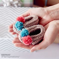 Keep tiny toes toasty with these simple crochet booties, made in Bernat Softee Baby. Crochet For Kids, Easy Crochet, Crochet Hooks, Free Crochet, Irish Crochet, Baby Afghan Crochet, Crochet Baby Booties, Baby Afghans, Baby Patterns