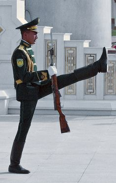 National Museum of Turkmenistan, changing of the guards