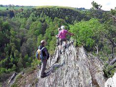 De Saar-Hunsrück-Steig mag zich de 'natuurrijkste' Top Trail van Duitsland noemen, want wie de 410km van Trier aan de Moezel tot Boppard aan de Rijn loopt komt slechts hier en daar een dorp tegen. Op en neer vanaf de heuveltoppen naar de diepe beekdalen is dit een wandelroute van de buitencategorie. Goed geregeld Bizarre rotsformaties die je onderlangs of bovenlangs …
