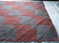 """So something like this just got added to my to-do list... I'd use brown, beige, white and grey though, so it would go better with my bedroom """"decor"""" :)  Domino knitting, Tintin luomutkset: Raggegarnin tuho"""