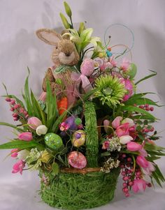 Fill your home with style and joy with our Easter Decoration Ideas. From Easter Baskets to House decor, Bunnies and Beyond, these gift&deco ideas are certain to make your holiday a whole lot happier. Basket Flower Arrangements, Floral Arrangements, Easter Projects, Easter Crafts, Easter Table Decorations, Easter Decor, Easter Centerpiece, Basket Decoration, Floral Decorations