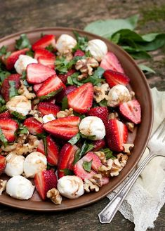 Bocconcini Walnut Strawberry Salad – Healthy Vegan Weight Loss - Food and drink Healthy Soup, Healthy Salads, Healthy Eating, Healthy Weight, Dinner Recipes For Kids, Healthy Dinner Recipes, Cuisine Diverse, Fruit Salad Recipes, Budget Meals